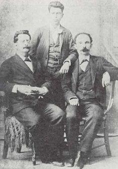 Retrato junto a Fermín y Francisco Gómez Toro (Panchito) Retrato junto a Fermín y Francisco Gómez Toro (Panchito). Foto tomada en Cayo Hueso, Florida, 1894, por el fotógrafo Antonio J. Estévez.