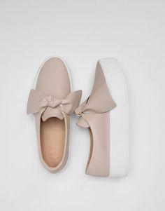 Las zapatillas de mujer más cómodas de SS 17 en PULL&BEAR. Zapatillas y bambas blancas, doradas, plateadas, con plataforma o metalizadas. #megustan