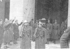 Bologna 1944 o 1945. La salma di un fascista giustiziato dai partigiani esce dalla questura.
