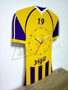 Fenerbahçe fanatiklerine özel forma tasarımlı kişiye özel isim ve numara yazdırılabilen MDF ahşap duvar saati.