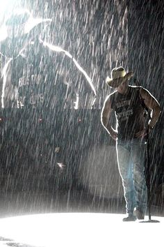 i always loved the rain and country music.then came you and the best 7 weeks of my life.it seemed to rain almost every day.i saw it as a sign.now the rain and the songs just break my heart. Country Music Stars, Country Music Artists, Country Singers, Country Lyrics, Country Quotes, Country Strong, Country Men, Country Girls, Kenney Chesney
