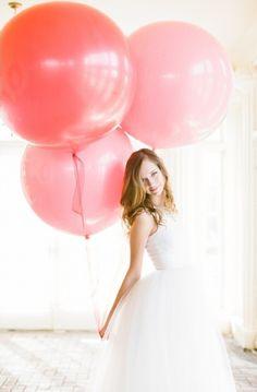 Avec de magnifiques ballons environ 1m de diamètre. On doit avoir l'équivalent en magasin et sur festifoly.com