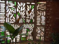 ventana con botellas de vidrio - pared completa Wine Bottle Wall, Bottle House, Bottle Garden, Bottle Art, Bottle Crafts, Reuse Bottles, Recycled Glass Bottles, Bottles And Jars, Beer Bottles
