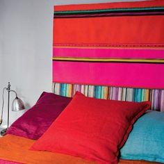 Cette tête de lit colorée inspirée des tissus sud-américains est accrochée au mur à l'aide d'un Velcro adhésif