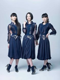 「Perfumeダンスヒール」ブラックゴールドを履いたPerfume。