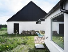 The Cheery Swedish Summer season Cottage by LASC Studio is a fresh and fun modern day dream house embracing modest Scandinavian design. Found in Skåne, Sweden, Modern Exterior, Exterior Design, Interior And Exterior, Farmhouse Remodel, Scandinavian Design, Nordic Design, Modern Architecture, Installation Architecture, Building Architecture