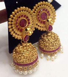 Indian Wedding Jewelry, Bridal Jewelry, Gold Jewelry, Antique Jewellery Designs, Antique Jewelry, Jewelry Design, Gold Jhumka Earrings, Gold Earrings Designs, India Jewelry