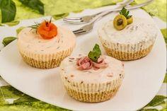 Il tris di cheesecake salate è un aperitivo originale e raffinato a base di mini cheesecake farcite con creme a base di prosciutto, olive e salmone.