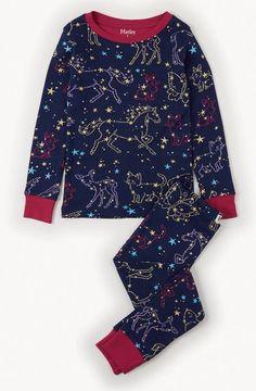 2-delige meisjes pyjama Celestial night van het kinderkleding merk Hatley. Een donker blauwe pyjama uit 2 delen met een all over print in verschillende kleuren dieren oa : pony, vlinder, poes. en sterretjes. De ronde hals en de uiteinde van de mouw en de broekspijpen zijn afgewerkt met roze.