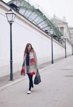 Streetstyle Outfit Herbst in Wien mit Teddymantel, Zara Rock und Sneakers