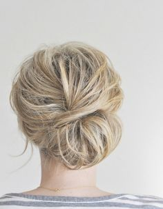 This updo manages to give off a relaxed and elegant vibe at the same time! Learn how to do this low chignon hairstyle: http://ow.ly/kYUIq
