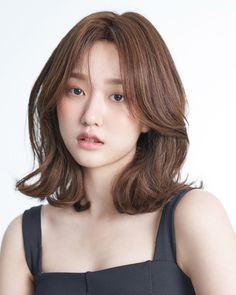 1117 best hair & make up images in 2019 beauty makeup, hair Korean Wavy Hair, Korean Medium Hair, Medium Hair Cuts, Short Hair Cuts, Medium Hair Styles, Curly Hair Styles, Korean Hairstyle Medium Round Faces, Korean Hairstyles, Middle Length Haircuts