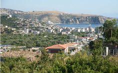 Афины следят за ситуацией в Химаре http://feedproxy.google.com/~r/russianathens/~3/B7tkddyF9dw/23644-afiny-sledyat-za-situatsiej-v-khimare.html  Во вторник Греция заявила, что внимательно следит за событиями в Албании, когда телеканал в соседней стране показал около 3000 полицейских, прибывающих в Химару на юго-восток страны,чтобы контролировать снос нескольких домов, принадлежащих членам этнического греческого меньшинства.