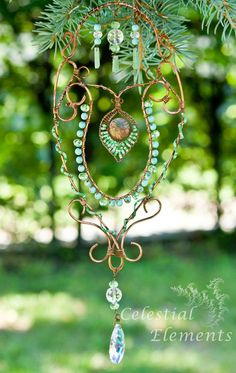 Sun catcher, turquoise beads wraped around copper, copper swirls designs… Wire Crafts, Bead Crafts, Copper Crafts, Wire Wrapped Jewelry, Wire Jewelry, Jewlery, Mobiles, Collar Hippie, Beaded Curtains