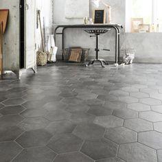 Du carrelage hexagonal gris béton pour un style vintage dans la cuisine
