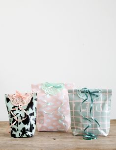 DIY – Make personal gift bags. Lovely gift bags can easily be made by combining gift wrap and a bit of glue. Typically, however, Anna also adds a personal detail, which you can see in the video here.