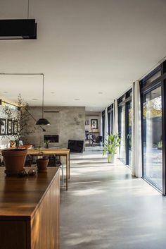 une jolie cuisine avec sol en béton ciré de couleur gris: