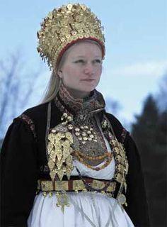 Hilde Nødtvedt: Gullsmed og mester i filigran(hele artikkelen) - Magasinet Bunad