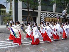 Miko in procession through the Marunouchi financial district of Tokyo in the bi-annual Sannou Festival of Hie Jinja.