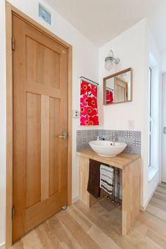 バーチ材の床が優しい二世帯住宅 Modern Sink, Small Places, Basin, My House, Vanity, Bathroom, Interior, Home, Dressing Tables