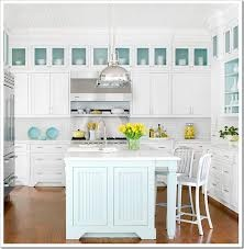 Planning a kitchen renovation? Explore our favorite kitchen decor ideas and get inspiration to create the kitchen of your dreams. Upgrading a kitchen is full of possibilities, and even a few simple budget ideas can refresh, modernize your kitchen design. Beach Kitchens, Home Kitchens, Style At Home, Style Blog, Kitchen Interior, Kitchen Decor, Kitchen Colors, Green Kitchen, Kitchen Ideas