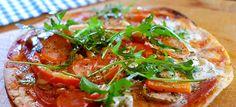 Pizza wraps met prosciutto, tomaat, mozzarella en pijnboompitjes