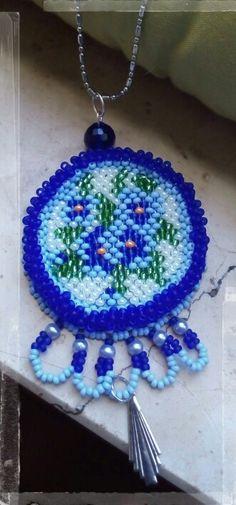 Medaglione ricamato di perline, fiori azzurri