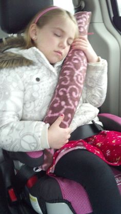 The Frugal DIY Mom: DIY Travel Seat Belt Pillow For Kids - Tutorial! I totally would have loved this as a kid i always used my seatbelt as a headrest Hamon Tate - since Elli is moving up to a booster, can you make this for her? Crochet For Kids, Sewing For Kids, Diy For Kids, Sewing Tutorials, Sewing Projects, Fleece Projects, Sewing Diy, Baby Sewing, Diy Projects