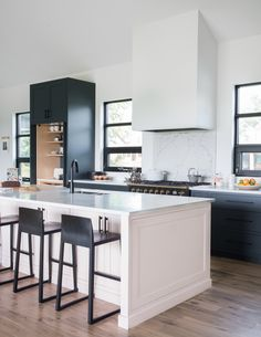 This house is a dream! Swipe for more pics! What element is your favorite? Design by: : Cozy Kitchen, Scandinavian Kitchen, Kitchen Dining, Kitchen Island, Dining Room, Primer For Kitchen Cabinets, Kitchen Cabinets Pictures, Kitchen Decor Themes, Home Decor Kitchen