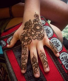 Cute Mehndi Designs for Kids - Beautiful Mehandi Pattern. Step by Step Ideas for Kids Henna Designs with Images Pictures that look Adorable. Henna Hand Designs, Henna Designs For Kids, Pretty Henna Designs, Mehndi Designs Finger, Mehndi Designs For Fingers, Simple Mehndi Designs, Henna Tattoo Designs, Henna Kids, Simple Henna Art