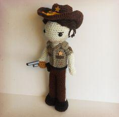 Rick Grimes Amigurumi (The Walking Dead) Crochet Crafts, Crochet Dolls, Crochet Projects, The Walking Dead, Stuff And Thangs, Boy Doll, Amigurumi Toys, Love Crochet, Crochet Animals