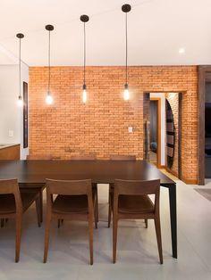 Tijolinhos e madeira desenham esse apartamento (Foto: Divulgação)