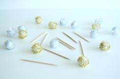 DIY: POM POM CUPCAKE TOPPERS - Sweets and Celebrations