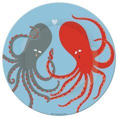 Craquez pour ces deux poulpes amoureux aux belles couleurs ! Cette jolie assiette design est fabriquée en mélamine, ce qui la rend légère et facile à prendre pour les petits. Elle résiste également aux chocs et passe au lave-vaisselle pour un entretien rapide. Dimensions : 20 cm