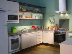 Boa iluminação em armários e prateleiras.  http://www.decorfacil.com/55-cozinhas-em-l/