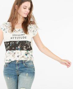 Camiseta estampada - Estampado de flores y tonos sutiles, una camiseta cool a la…