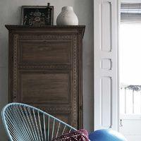 El diseñador de interiores Erico Navazo nos abre las puertas de su casa para enseñarnos cómo combinar la silla Acapulco en cualquier ambiente.