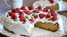 Bringebær- og pistasjkake med hvit glasur   Godt.no Dere, Rice Krispies, Cheesecake, Baking, Food, Raspberry Bush, Strawberry Fruit, Cheesecakes, Bakken