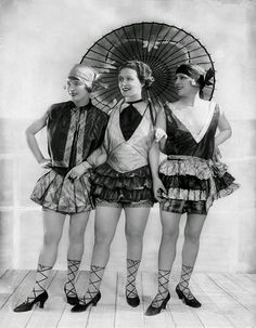 A Berlin cabaret act, 1927 * the laces on the shoes look painted onto their legs (doable! Roaring Twenties, The Twenties, Belle Epoque, Goodbye To Berlin, Art Dégénéré, George Grosz, 20s Fashion, Berlin Fashion, Female Fashion