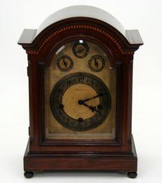 MAPLE & CO. LTD Relógio de mesa com mostrador em bronze e algarismos arábicos. Inglaterra, déc. 30.