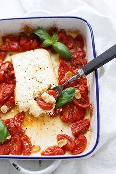Gebackener Schafskäse mit Tomaten aus dem Ofen mit Feta, Cherrytomaten, Knoblauch, Olivenöl und Oregano. Wie vom Griechen und in 5 Minuten vorbereitet!
