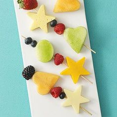 Fruit & Cheese Kabobs and other super cute healthy kids snacks- so easy and cute! Snacks Für Party, Lunch Snacks, Kid Snacks, Fruit Snacks, Fun Fruit, Fresh Fruit, Fruit Appetizers, Kids Fruit, Easter Snacks
