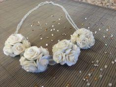 Collar de flores hechas de papel y swarovski
