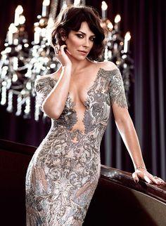 宝石を纏ったようなラグジュアリーなドレスで大人の女性らしさを演出。エヴァンジェリン・リリー❤︎