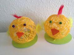 Sådan laver du garnboldene: Du puster blot en vandballon op, vikler garn omkring og smører godt med mod podge (hobbylim eller skolelim blandet med vand, halv lim og halv vand) på, så det synker godt ind i garnet. Så lader du det tørre i ca. et døgn og prikker hul på ballonen, når garnet er helt tørt. Og så kan du pynte med pap, fjer og øjne til en sød lille påskekylling.