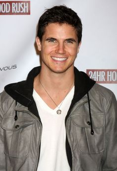 Robbie Amell.