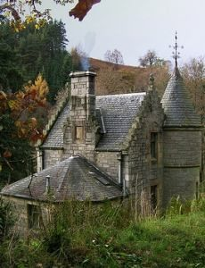 Cottage near Loch Tummel in the Highlands of Scotland Stone Cottages, Cabins And Cottages, Stone Houses, Storybook Homes, Storybook Cottage, Abandoned Mansions, Abandoned Buildings, Fairytale Cottage, Cute Cottage