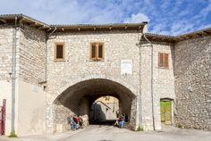 Ocosce  All`ingresso di Ocosce è l`antica porta del castello; nella parte opposta, non molto distante dalla parrocchiale, su di un piccolo colle, sono visibili i pochi ruderi della torre di avvistamento