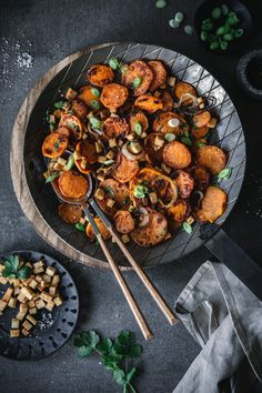 Roasted sweet potatoes with tofu. - Roasted sweet potatoes with smoked tofu and coriander - Vegan Snacks, Healthy Snacks, Healthy Eating, Roasted Sweet Potatoes, Roasted Chicken, Raw Food Recipes, Healthy Recipes, Food Industry, Evening Meals
