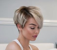 Tendance Coupe & Coiffure Femme Description I really need my bangs to lay like these! Short Pixie Haircuts, Short Hairstyles For Women, Layered Hairstyles, Hairstyles 2018, Asymmetrical Haircuts, Ladies Hairstyles, Wedge Hairstyles, Natural Hairstyles, Pixie Bob